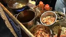 泰国奇葩大杂烩,无餐具直接倒在桌子上顾客用手吃!