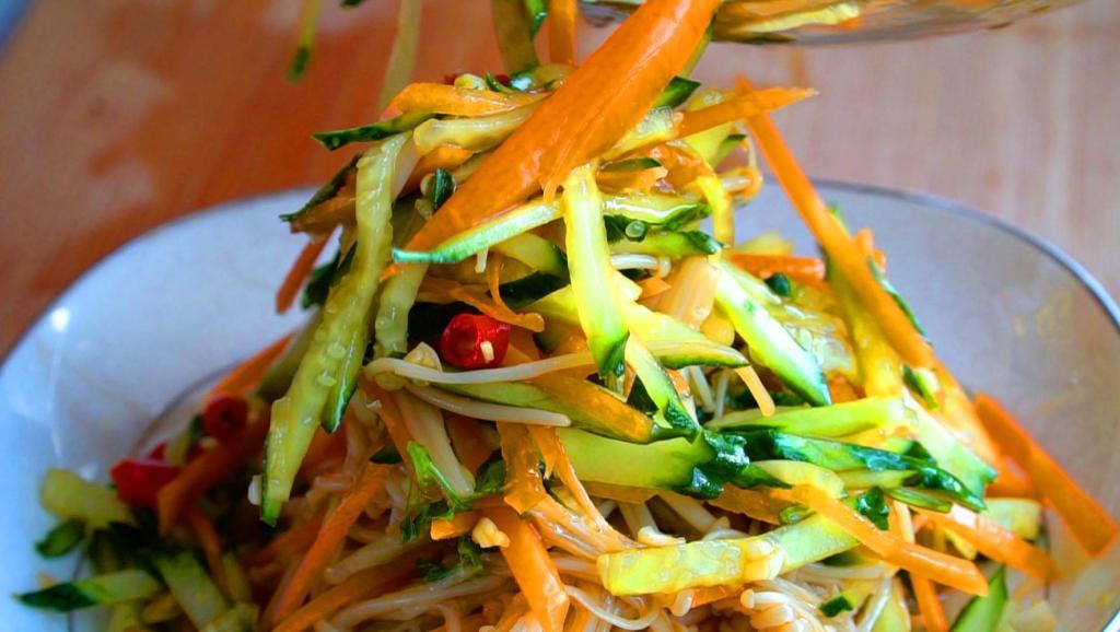 姥姥教我的金针菇做法,爽口开胃又下饭,一次一大盘根本不够吃
