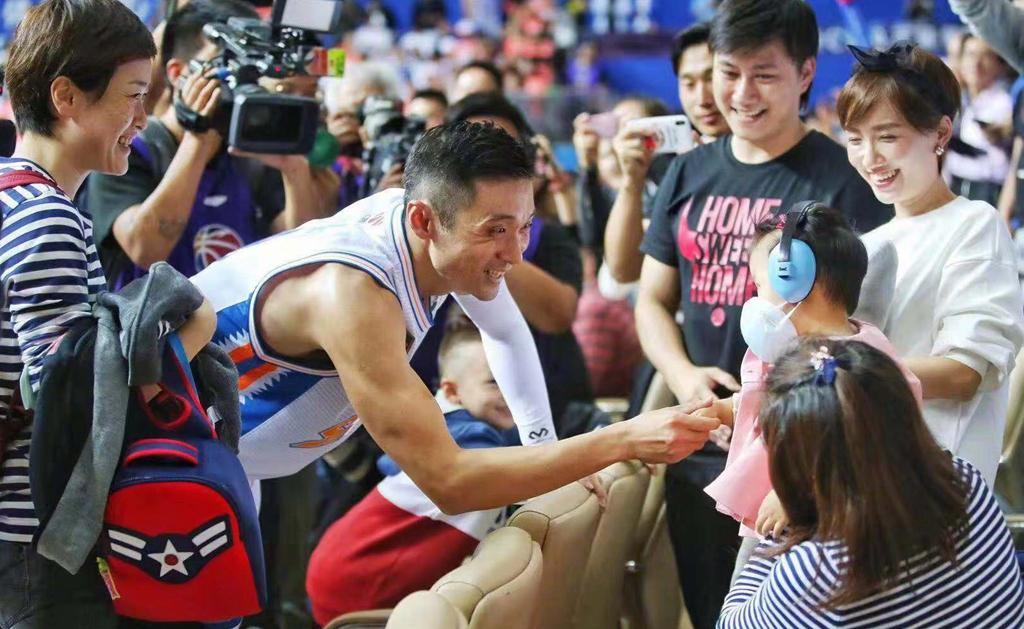 与上海男篮签下长约! 球员合同只有1年, 场均7.1分不输年轻球员(图2)