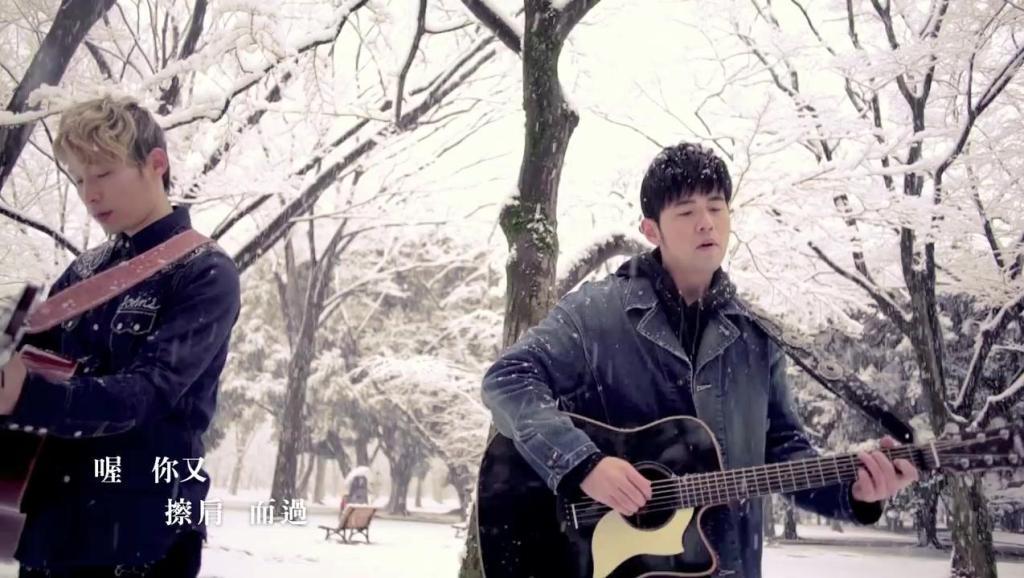 周杰伦雪地弹吉他,《等你下课》述说青葱岁月