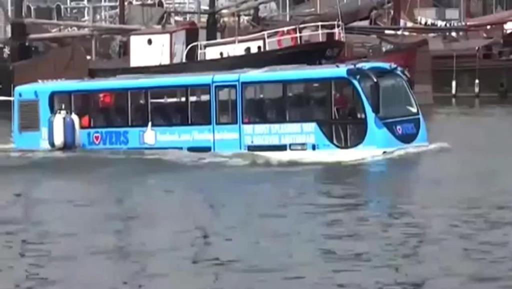 大巴汽车往河里冲,司机却毫不畏惧,因为这车的功能实在太强悍