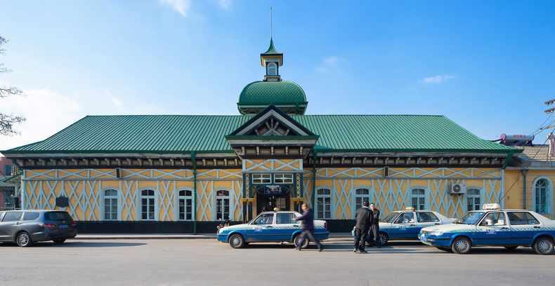 外观是如梦幻城堡般的欧式哥特建筑,冬日里积雪反射阳光,整座车站舍