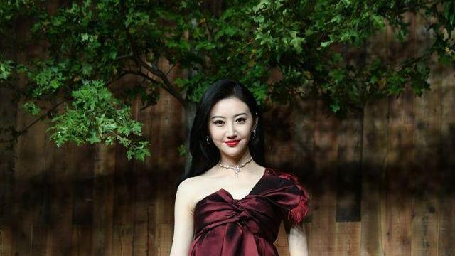 生图颜值超能打宛如人间富贵花 景甜酒红色抹胸长裙身材好皮肤白,