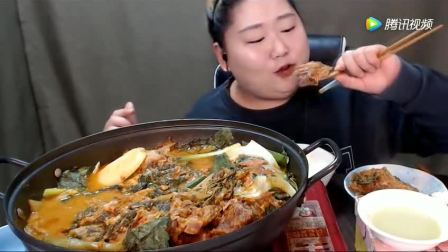 韩国胖大姐吃猪骨炖泡菜, 一口口撸个不停, 看着流口水了