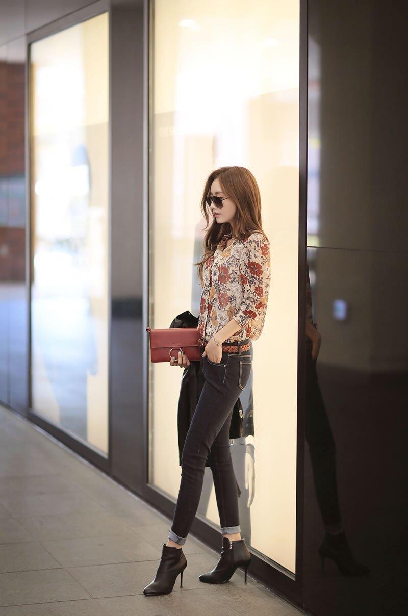 孙允珠黑色简约修身牛仔裤搭配花卉印花复古衬衫 如花图片