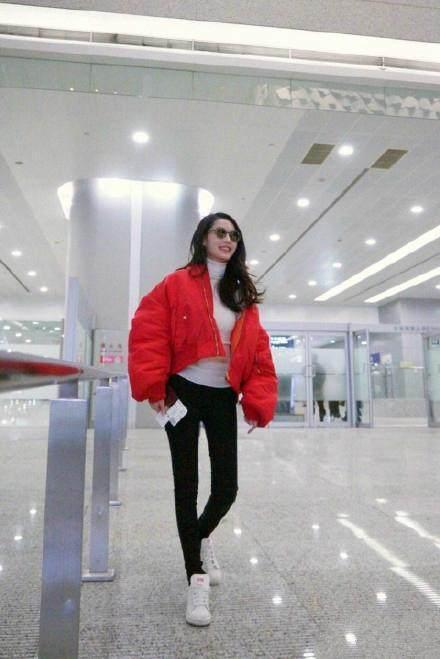 李沁杨幂机场撞衫, 竟一个似清新少女