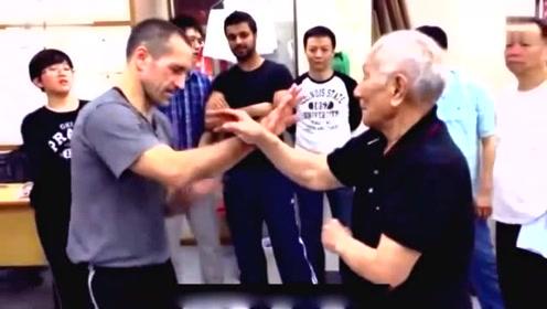 实拍咏春拳外国小伙切磋91岁叶问之子叶准师傅!这身手大师级的