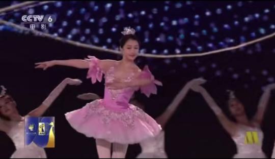 關曉彤首次跨界跳芭蕾舞,台下超過500多位電影明星和導演!