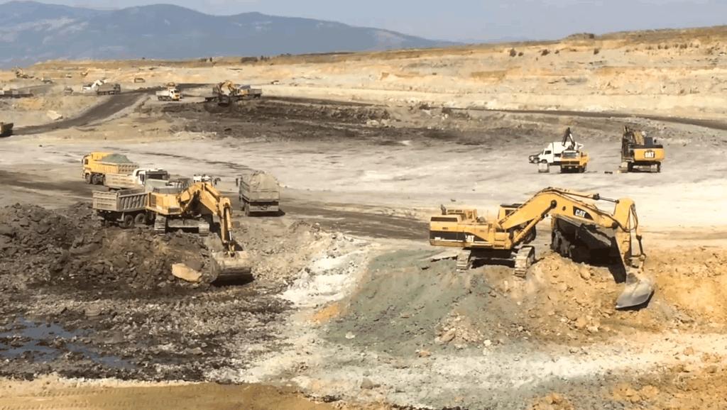 今年煤价格不错,两台挖掘机一起挖煤矿,这老板可是要赚疯了!