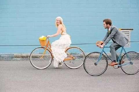 看过拍婚纱照的女孩儿穿着白色婚纱踩自行车,特别美好.