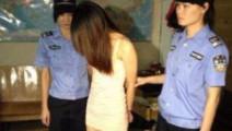 """警察突击高档小区扫黄窝点 男女正在""""干活""""一片狼藉"""