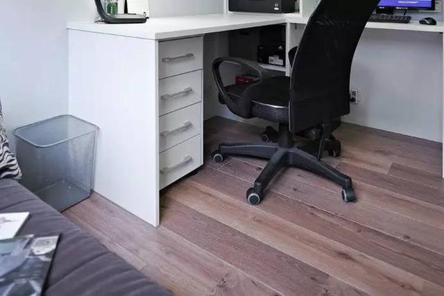 """""""l""""型的书桌根据房间结构设计,既合理利用墙角节约了空间,又可以为"""