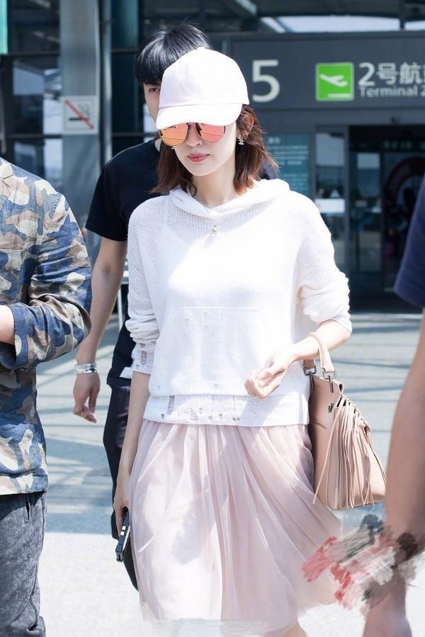 古力娜扎机场街拍, 白粉搭配清纯少女味