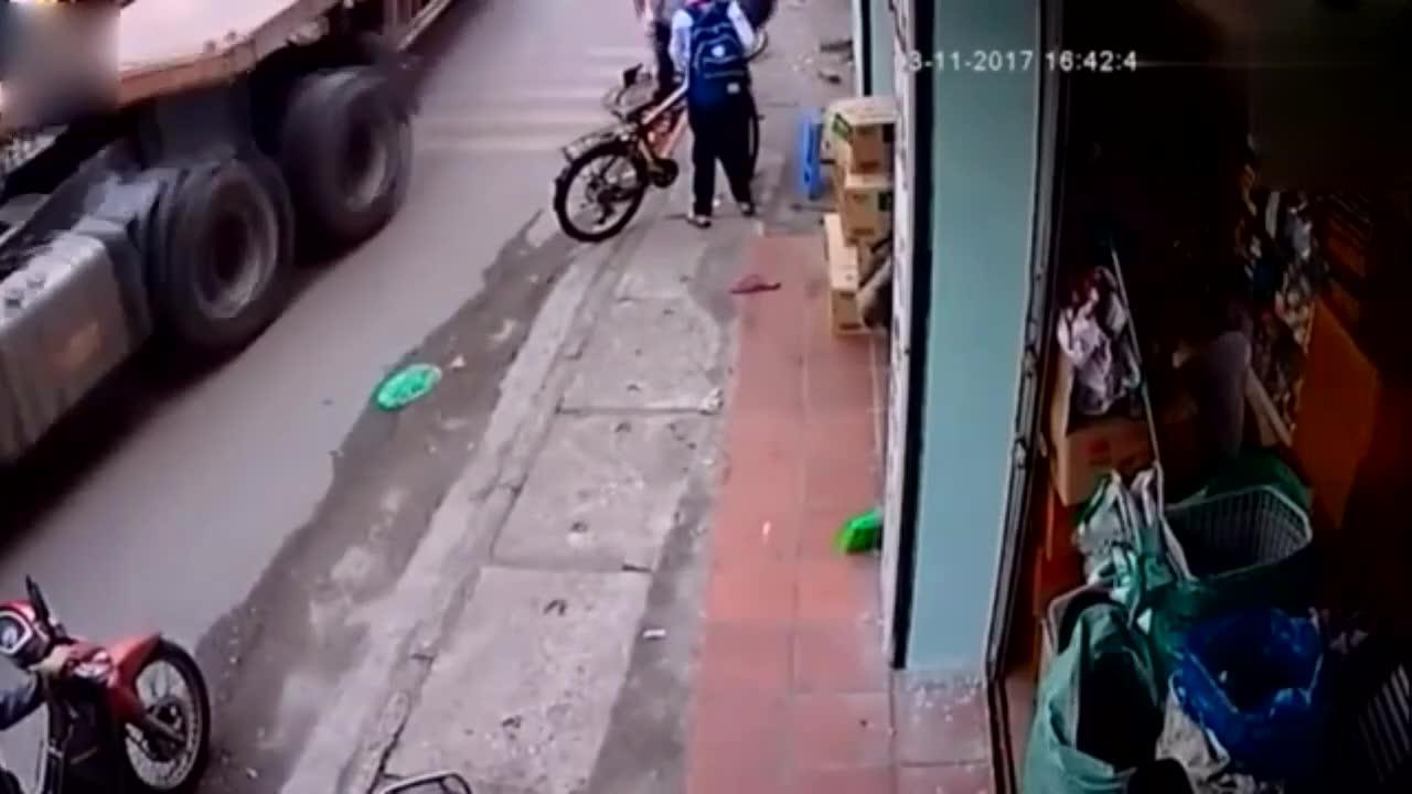 小学生骑车回家,突然的一幕吓的旁边女子光脚就冲过来