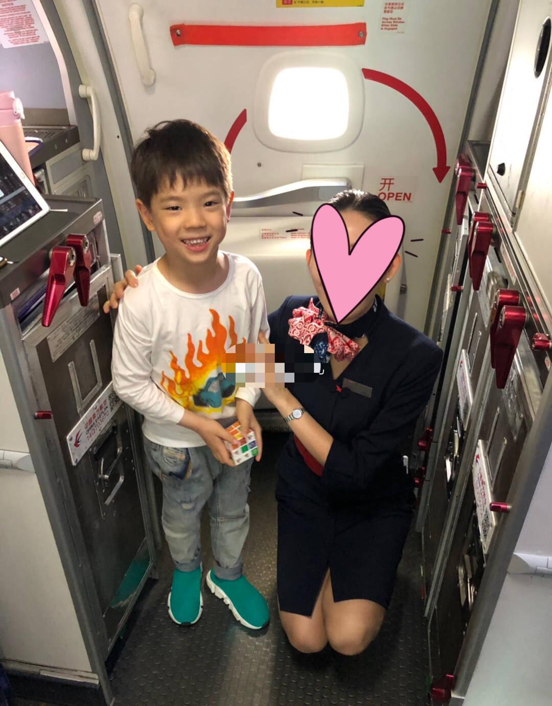 6岁嗯哼模样变帅气, 被空姐抢着求合照 霍思燕吃醋了!