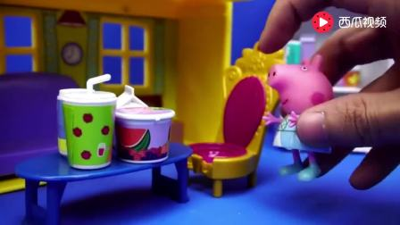 小猪佩奇故事: 猪妈妈关好冰箱门, 佩奇吃完饭, 到二楼睡觉