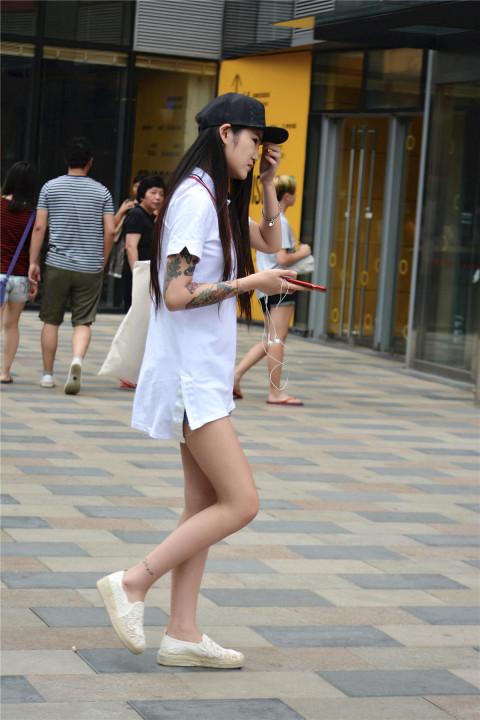 街拍: 纹身美女的一件大体恤