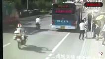 两名男子合伙碰瓷,一名撞车,一名拦截面包车!