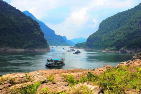 """旅游景点有西山,大平山动植物保护区,南国""""小三峡""""一大藤峡等"""