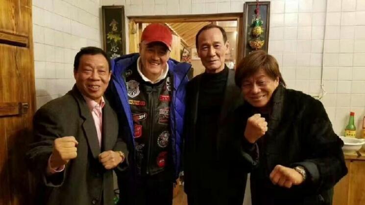 赵本山家中宴请3位大佬, 装潢浓浓东北味, 墙上挂的鹿头很抢镜