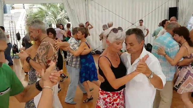中国大妈跳广场舞,阿根廷大妈则是跳探戈,艺术无国界