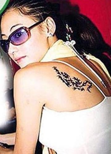 在肩部和腰间纹了和王菲相似的纹身