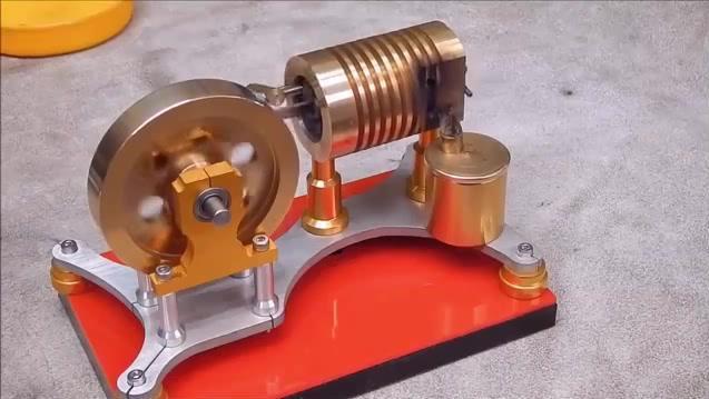 小小的斯特林发动机,哐啷哐啷地转动,发明者真有才!