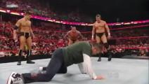 WWE大公子被兰迪奥顿重击头部倒地不起,大公主伤心欲绝