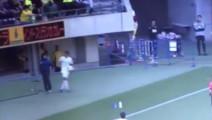 日本足球队员推搡球童被红牌罚下,但接下来发生的让人感到意外