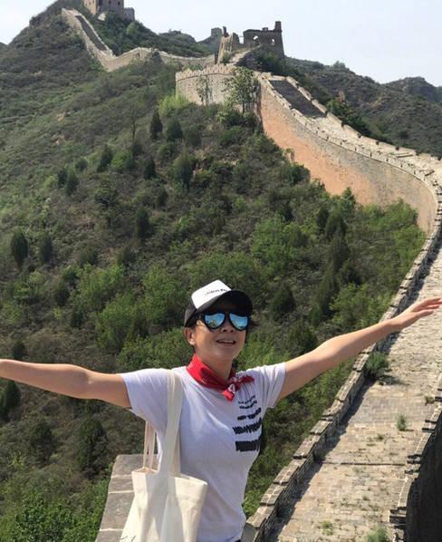 刘嘉玲在微博晒出一组爬长城的