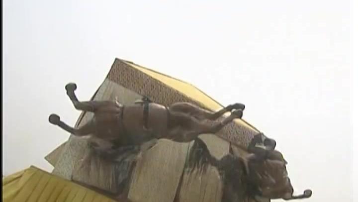 《倚天屠龙记》殷素素驾驶风筝出场不到三分钟遇上龙卷风