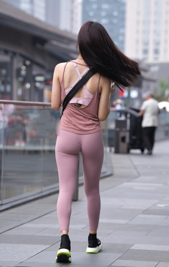 """极品的辣妈, 这条""""无痕裤""""诠释了什么是好身材吧?"""
