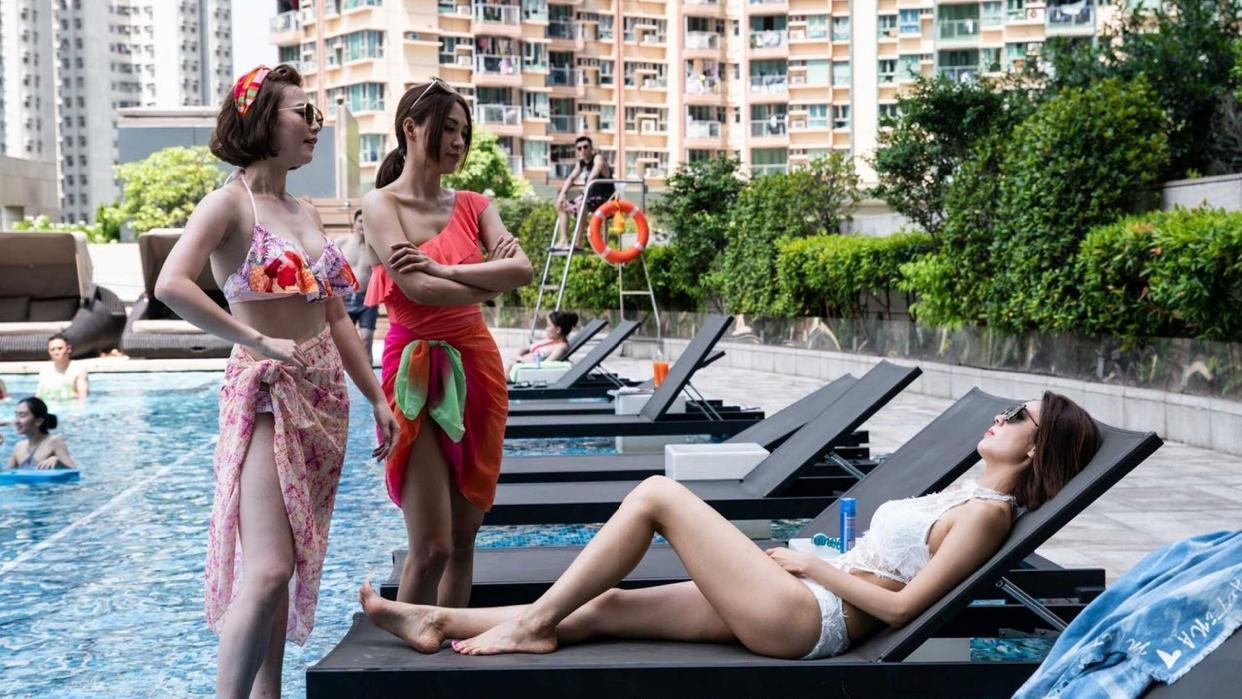 朱晨丽与陈庭欣泳池里大斗性感  三位女神为TVB剧集 多功能老婆