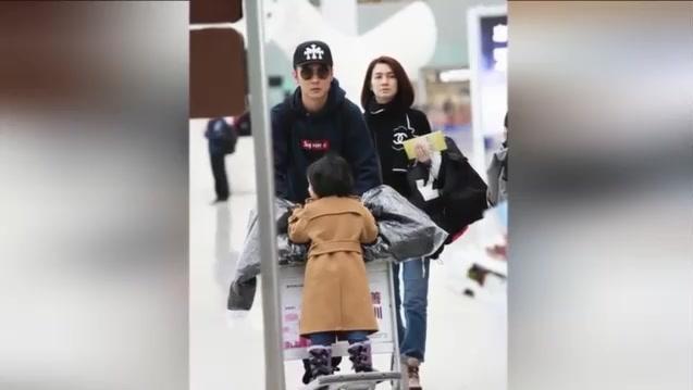 张丹峰推女儿画面有爱,妻子洪欣素颜跟在身后