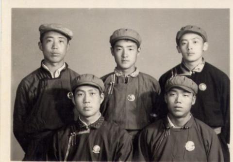 吹乱……好在男知青们往往带着解放帽,发型似乎并不是他们关注的重点.图片