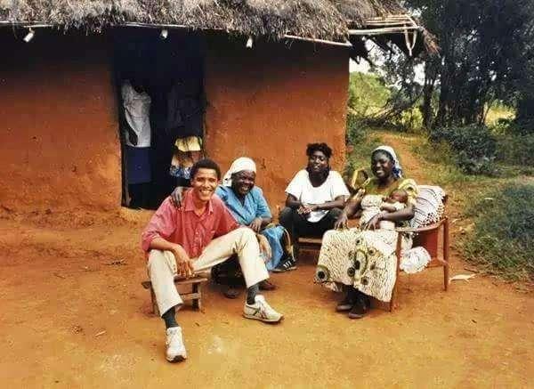奥巴马第一次回非洲老家: 帮奶奶扛大米, 和兄弟坐在村头抽烟