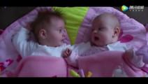 刚睡醒的双胞胎宝宝,发现对方时,作出的小动作可爱翻了!