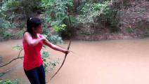 姑娘用竹子自制捕鱼工具,原始的射鱼技术