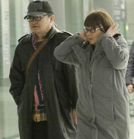 刘欢一家素颜机场现身, 与富态发妻很般配, 才艺大龄女儿婚姻为谜