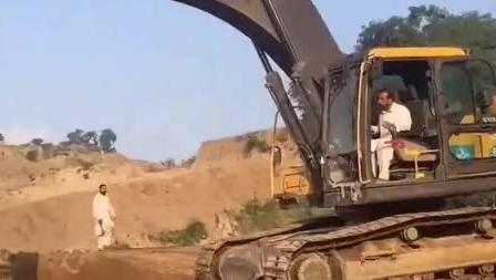 沃尔沃挖掘机装车,国外司机技术不怎么样?