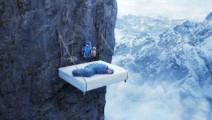 """真正的""""钉子户"""",靠一根钉子在悬崖上睡觉,底下是万丈深渊"""