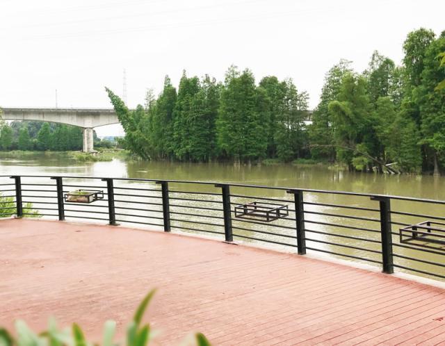 公园河涌两边有景观台,亲水平台,亲水码头,木栈道,步行径,人行小桥等