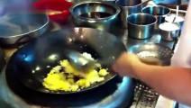 蛋炒饭看似简单,炒好很难,让大厨给你演示怎么炒好蛋炒饭