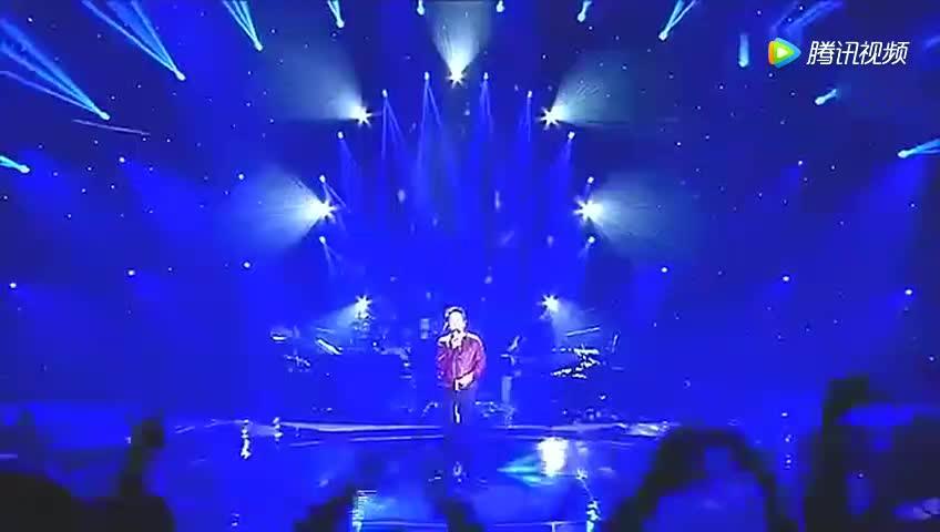 他一出场唱光辉岁月 现场完全失控 真是百年周星驰 千年黄家驹!