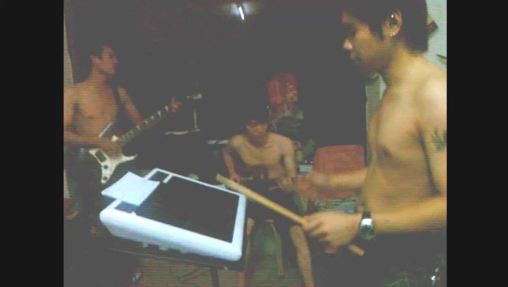 10年前 啊浩几个疯子光着身乐队排练吉他弹唱 黄家驹 岁月无声 BEYOND