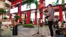 街头艺人演唱 《江南》,围观人群中惊现林俊杰本尊!