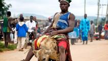 再生猛的鬣狗,在非洲人手中也只是个玩物!