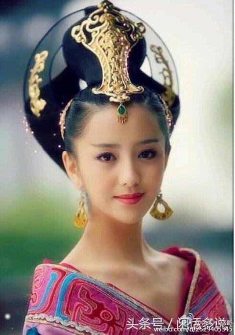 """网友们看到杨幂童年时期的萌照后,也纷纷留言道,""""哇,这是谁家的小"""