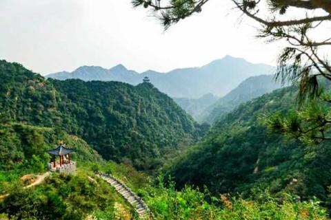 旅游度假区的自然风景区之一,是莱芜市第一高山,和东岳泰山一脉相承