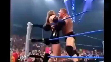 WWE美女怒踢野兽大布,布洛克发怒了,直接扛起暴击